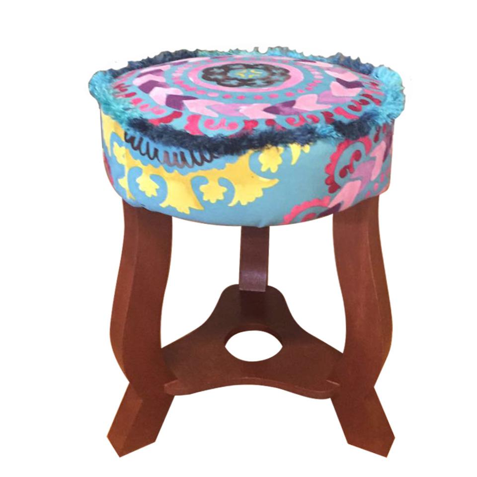 banquito_kia_patas_largas_madera_orilla_flecos_sentarse_muebles_suede_estampado_decoracion_interiores_1